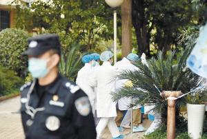医疗专家进入被隔离区逐户逐人进行医学评估。