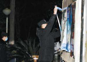 民警解除隔离线。 本版图片记者王俊星摄