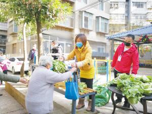 志愿者保障居民物资供应。