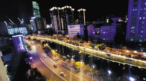 盘龙江夜景。 记者王俊星摄