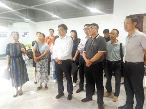 代表小组实地视察了部分入驻企业。李林佶摄