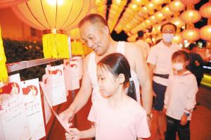 市民围绕党史、新中国史等猜谜语。 记者赵伟摄