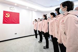 2020年3月4日,山西省支援湖北抗击疫情前方指挥部,第二批入党新党员进行入党宣誓。