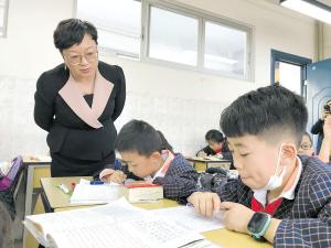 司瑞芳正在跟班指导。