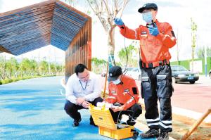 在应急演练现场,专业技术人员开展空气质量检测。 记者刘凯达摄